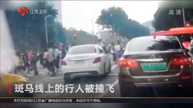 广州奔驰车主撞伤13人 等红灯时冲入斑马线