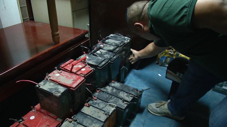 男子开三辆车陆续偷了61块电动车电瓶:就喜欢这些四四方方还很重的东西