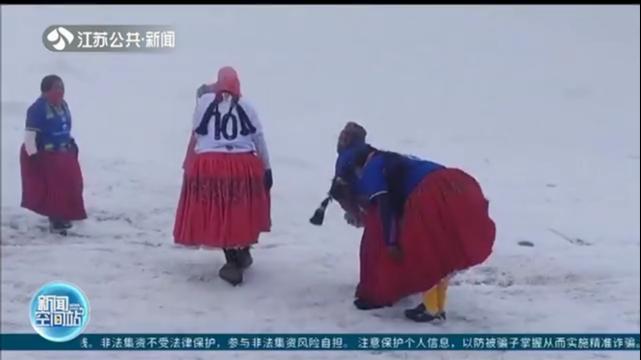 """海拔近6千米 玻利维亚登山""""女将""""峰顶踢足球"""